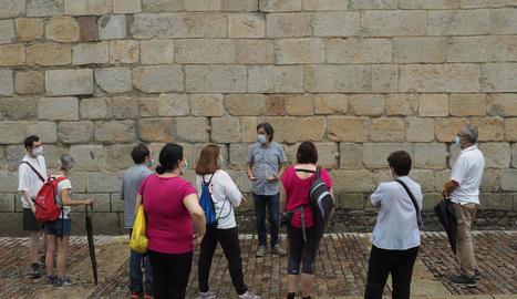 Els participants van poder descobrir les característiques geològiques de la catedral de Santa Maria d'Urgell.