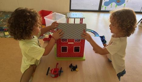 Dos nens jugant la setmana passada en una ludoteca municipal de la capital.