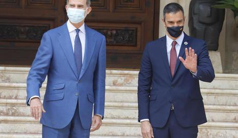 Felip VI i el president del Govern central, Pedro Sánchez, ahir, al palau de Marivent.