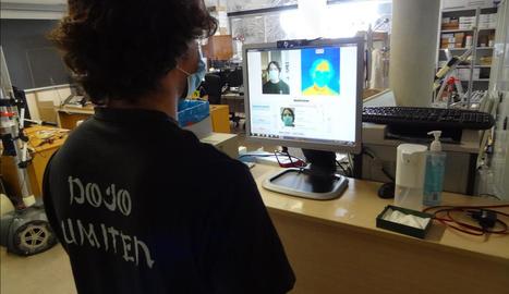 El sistema en proves a l'entrada del laboratori de Robòtica per identificar la persona que entra i verificar-ne la temperatura.