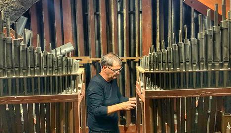 Albert Blancafort, mestre restaurador d'orgues, revisa l'instrument musical.