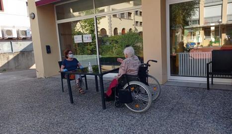 El Pont de Suert torna a rebre familiars - La residència del Pont de Suert, gestionada per l'Associació Benestar i Desenvolupament, va tornar a rebre ahir els familiars després de més d'un mes. La coordinadora, Elena Firescu, va explicar qu ...