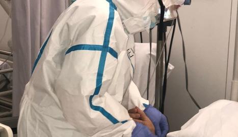 Un sanitari i un pacient de covid a l'hospital Arnau de Vilanova de Lleida.