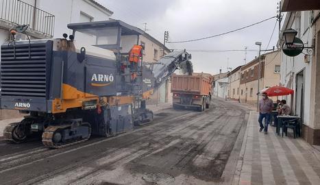 Els treballs han començat amb l'aixecament del paviment.