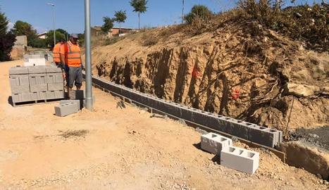 Imatge de les obres per construir el mur de contenció.