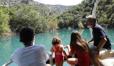 Turistes navegant a les aigües del pantà de Canelles, que aquest any està ple per les abundants pluges.