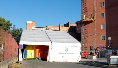La carpa instal·lada a l'exterior de l'Hospital Arnau de Vilanova de Lleida per donar suport a Urgències.