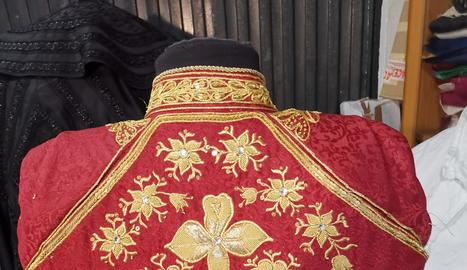 Les monges clarisses del convent de Santa Clara de Balaguer confeccionant vestits de torero, ahir.