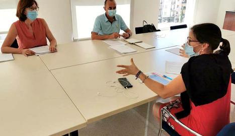 Un moment de la reunió entre l'alcalde de Lleida, Miquel Pueyo, i la gerent de la Regió Sanitària de Lleida, Divina Farreny,