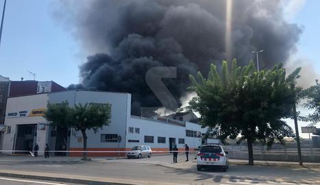 Espectacular incendi en un taller de Tàrrega