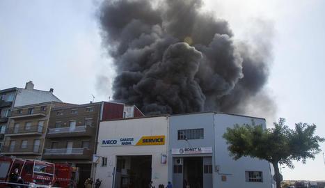Imatge de la densa columna de fum que va provocar l'incendi.