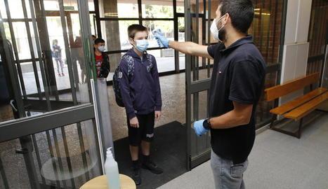 En la reobertura parcial dels centres al juny es prenia la temperatura dels alumnes a l'entrar.