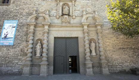 El santuari de Sant Ramon, amb les dos noves escultures al costat de les portes.