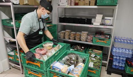 Un treballador de Mercadona preparant ahir un dels lots.