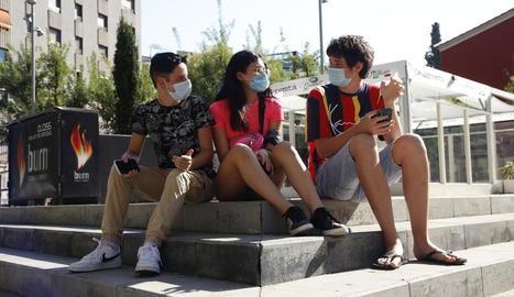 Joves ahir amb mascareta a la ciutat de Lleida.