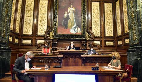 El ple de Barcelona va adoptar ahir la decisió a l'ombra d'un gran quadre d'Alfons XIII i la seua mare.