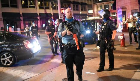Imatge de policies fortament armats a Minneapolis per atallar els disturbis.