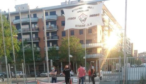 El concert de Vermouth Flames celebrat ahir a la pista del camp de la UE Balàfia. A la dreta, la Urbana desallotjant els pares.