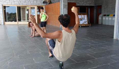 Tres integrants del circ contemporani de Nilak, assajant per a l'espectacle que s'estrenarà al Dansàneu