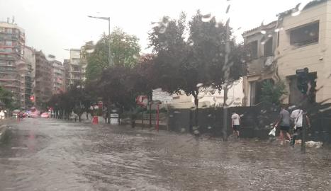 L'avinguda Rovira Roure, inundada.