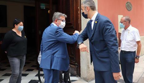 Talarn i Solé es van saludar amb el colze i a la dreta, Pueyo.