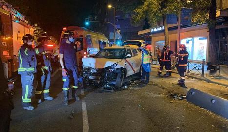 Estat en què va quedar el taxi després del xoc contra la terrassa.