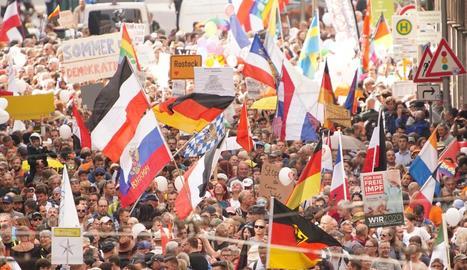 Imatge dels manifestants que van protestar ahir a Berlín contra les mesures per combatre la Covid.