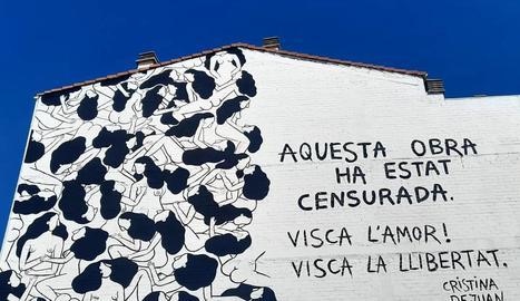 Imatge del mural i de l'escrit que ha fet l'artista.