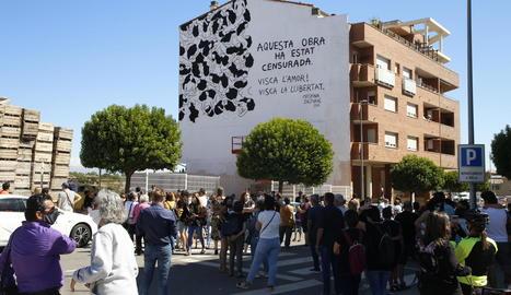 """Més d'un centenar de persones de mobilitzen en suport a l'artista que denuncia """"censura"""" a Torrefarrera"""