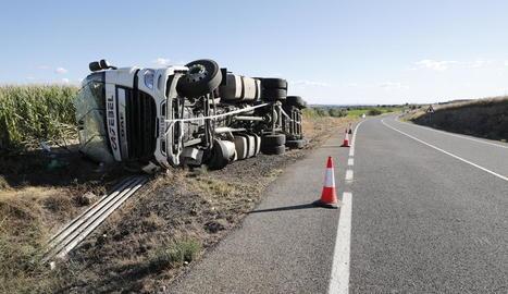 Un conductor ferit al bolcar amb el camió a la C-12 a Menàrguens