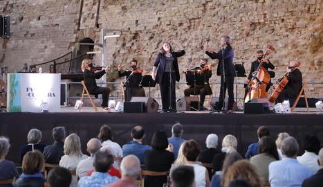 Un moment del concert 'Cordes a l'aire, veus al vent', ahir a la plaça de la Sardana.
