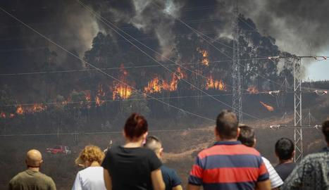 L'incendi continuava ahir actiu i es van evacuar 3.000 persones.