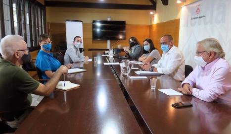 Un moment de la reunió de l'equip de govern de la Paeria amb els grups municipals per parlar de la situació sanitària de Lleida i les festes programades a la tardor.