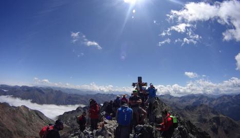 Imatge d'excursionistes al cim de la Pica d'Estats el passat 22 d'agost.
