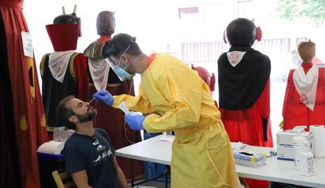 Un sanitari practicant una PCR ahir a l'Ereta.