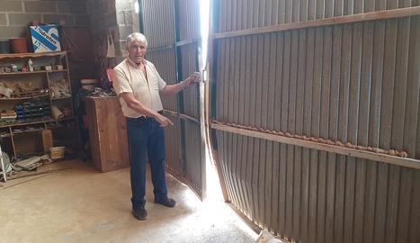 Aquest veí mostra l'estat en el qual ha quedat la porta del seu magatzem després del robatori.