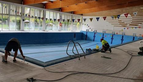 Tasques de neteja de la piscina coberta.