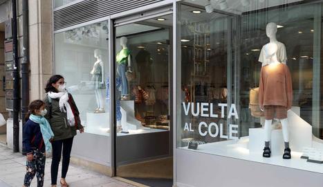 Un aparador amb productes per a la tornada a l'escola a Oviedo.