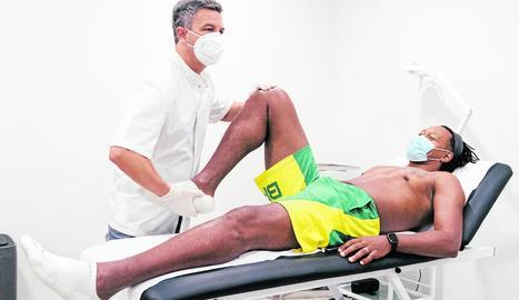 Marcus Vinicius durant la revisió del doctor Xavier Peirau.
