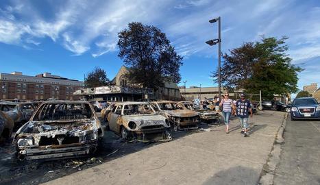Cotxes cremats a Kenosha després dels disturbis antiracistes.