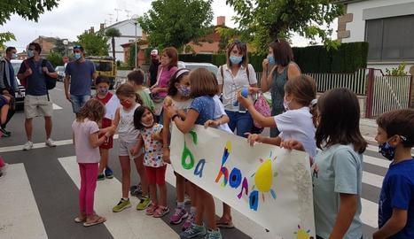 Alumnes i pares de l'escola Ramon Estadella, ahir al migdia durant la protesta.