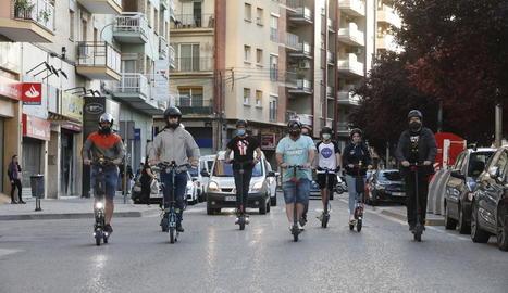 Usuaris de patinets a Lluís Companys, que serà 'Zona 30'.