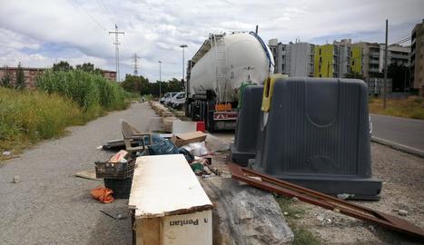 Denuncien els abocaments reiterats de residus al camí de la Mariola