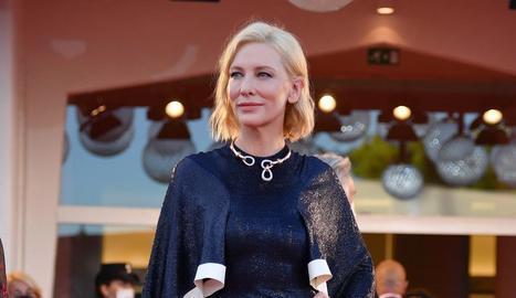 L'actriu Cate Blanchett, presidenta del jurat de Venècia, va ser la primera estrella dimecres de la Mostra, que ahir va rebre amb honors Almodóvar i Tilda Swinton.
