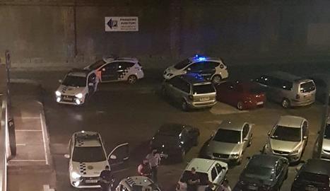 Cinc patrulles de la Guàrdia Urbana es van desplaçar dimecres a la nit a la zona.