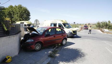 Un dels turismes implicats en l'accident, a l'avinguda del Canal d'Arbeca.