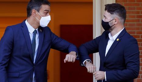 Pedro Sánchez i Gabriel Rufián saludant-se amb els colzes abans de la seua reunió a la Moncloa.