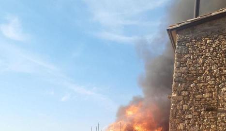 El foc que va calcinar ahir una casa de fusta a Llimiana.