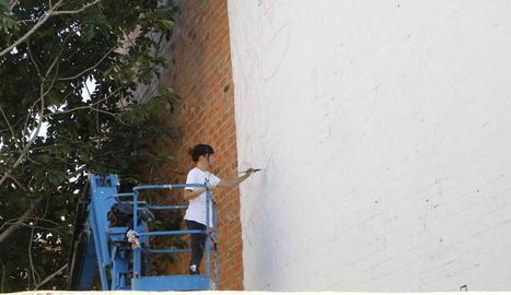 L'artista lleidatana Cristina Dejuan va començar a pintar ahir de nou el mural 'Love is Love'.