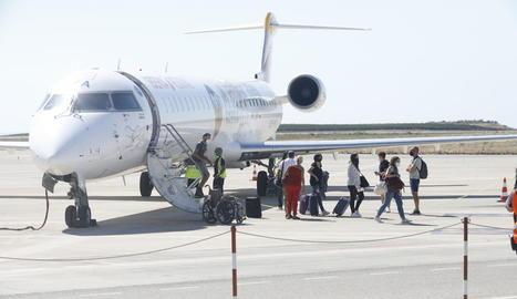 Els primers viatgers a Alguaire des del mes de juliol passat, quan només hi va haver un dia de vols.